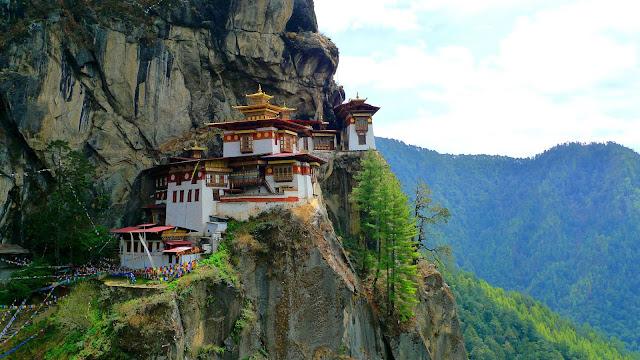 Được biết đến rộng rãi với tên gọi Tiger Nest, quần thể Taktsang Palphug tọa lạc cheo leo bên vách đá cao 3.120 m so với mực nước biển ở thung lũng Paro, Bhutan.    Tu viện Paro Taktsang được xây dựng xung quanh động Taktsang Senge Samdup, nơi được cho là ngài Liên Hoa Sinh đã tọa thiền trong vòng ba tháng lúc ngài đến tịnh tu tại Paro Taktsang vào thế kỷ thứ 8. Để đến được tu viện Taktsang Palphug, bạn phải vượt qua con đường núi vô cùng hiểm trở.