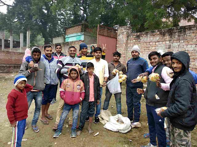 Siddharth%2BRajbhar%2B3 मा. सिद्धार्थ राजभर ने गरीब परिवार के छोटे-छोटे बच्चों को ब्रेड व बिस्किट बांटकर मनाया क्रिसमस डे