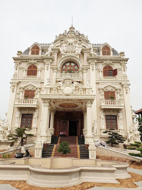Tòa lâu đài Lan Khoa Khuê xây gần 10 năm của triệu phú Nam Định, ngày cưới cô dâu nhận vương miện 100 cây vàng