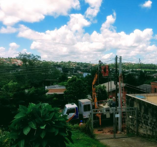 A foto mostra os funcionários da concessionária concertando a rede elétrica após o temporal da noite anterior.