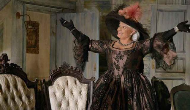 Madame Uraca, baronesa (Jussara Freire) Figurino escrava mãe, vestido casamento
