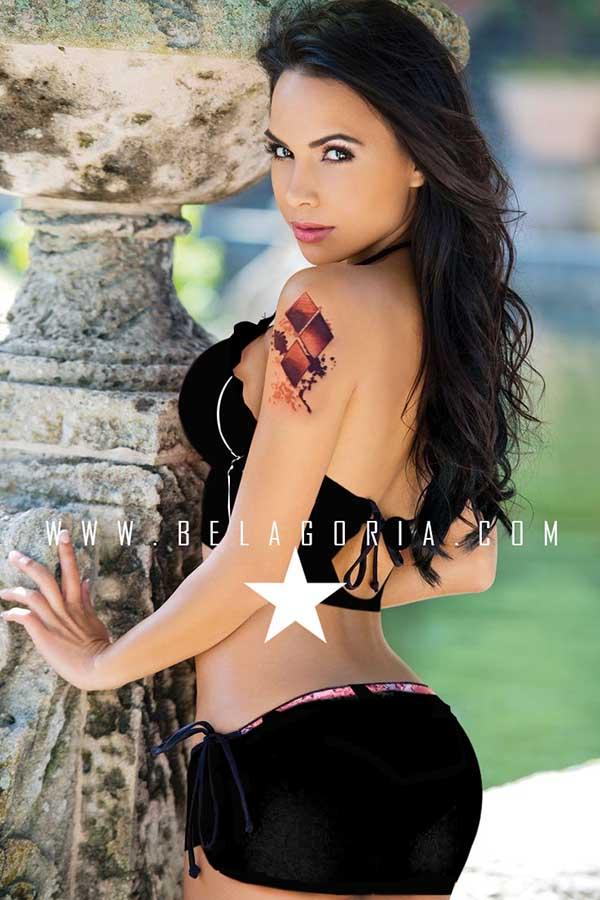 foto de modelo apoyada en columna lleva tatuaje de harley quinn