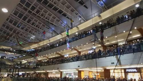Pertunjukkan Flying Trapeze  di Dalam Mall