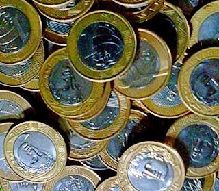 A imagem mostra muitas moedas e elas podem ofuscar a razão.