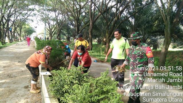Kompak, Personel Jajaran Kodim 0207/Simalungun Bersama Dengan Warga Dan Aparat Desa Laksanakan Gotong Royong
