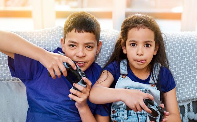 Crianças jogando video-game