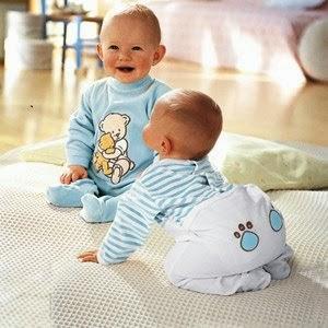 Comenzó como una marca de juegos y música y en se inició en el diseño y venta de ropa para los niños más pequeños. Ofrece ropa y accesorios para niños, niñas y bebés desde 0 a los 10 años, con colores que gustan a los niños y calidad en los materiales.