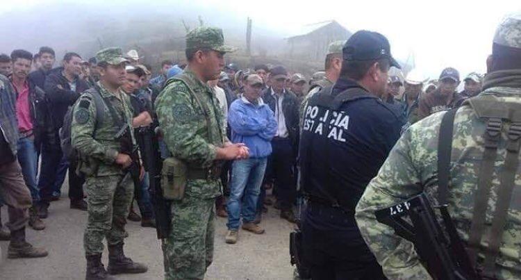 Habitantes de 27 comunidades retienen en Guerrero a 40 militares y policías federales, demandan incumplimiento de compromisos.