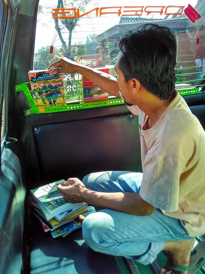 Subhanallah...!! Suami-Istri Ini Bikin Perpustakaan di Angkot, Netizen Beri Pujian