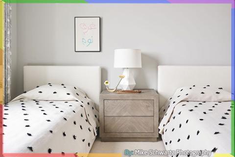 غرفة نوم بسريرين مع اللون الأبيض والرمادي الفاتح