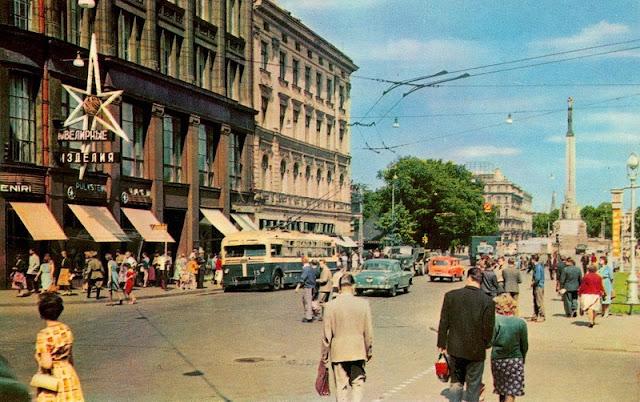 """1960-е годы. Рига. Улица Ленина. Часы """"Frieden"""""""