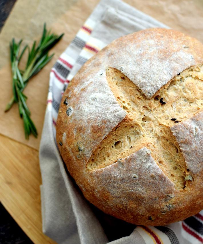 Pan rústico con aceitunas y romero, cómo hacerlo en casa sin máquina