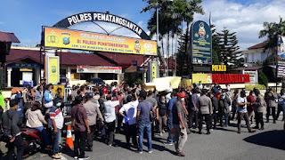 Desak Polisi Ungkap Pembunuh Pimred Media Online, Jurnalis Siantar-Simalungun Aksi di Depan Polres Pematangsiantar