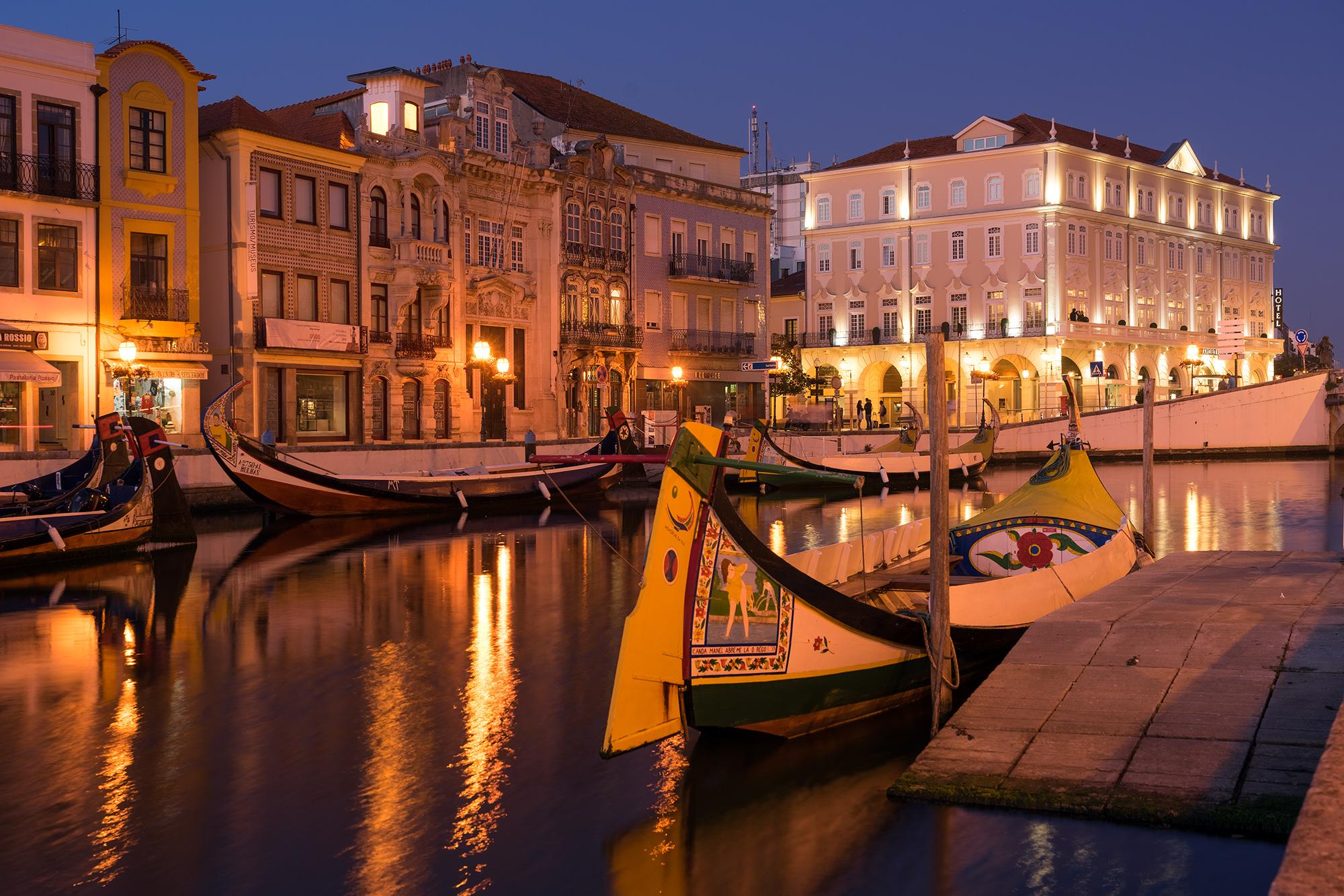 Canal Central de Aveiro iluminado de noche con los barcos moliceiros 1