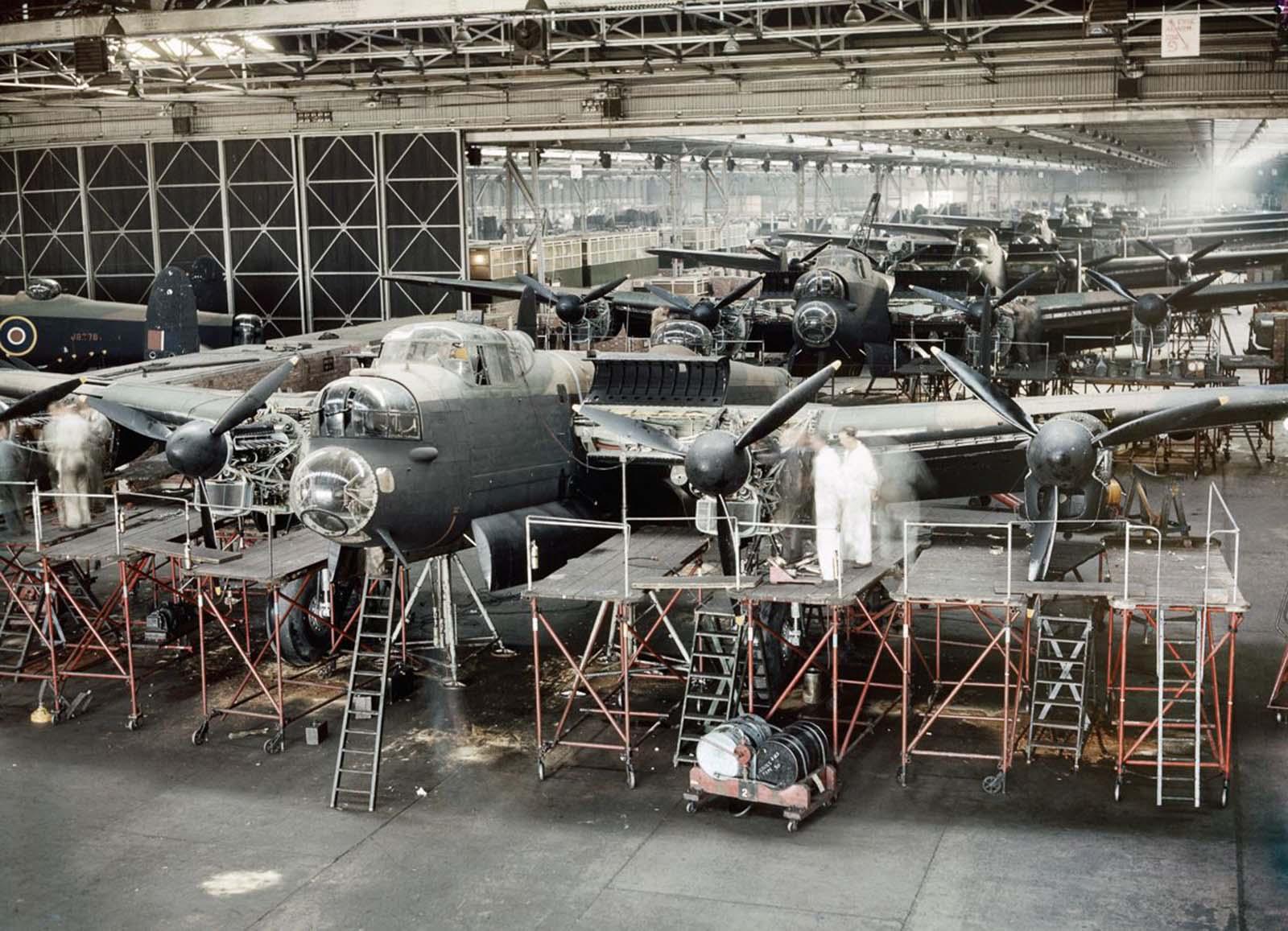 A Lancaster bombázói befejeződnek az Avro összeszerelő üzemében Woodfordban, Manchester közelében.  1943.