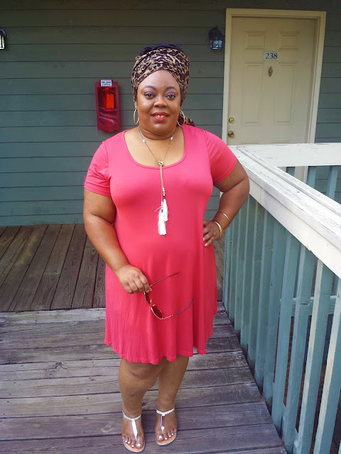 plus size blogger wearing shift dress, headwrap and sandals