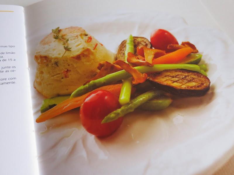 Queijo ricotta assado no forno com legumes bebé