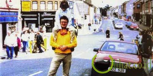Foto ayah menggendong anak di Omagh, Irlandia Utara