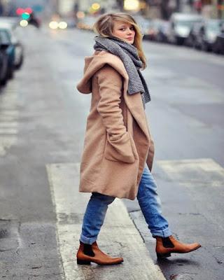 Outfit de otoño con bufanda y gabardina