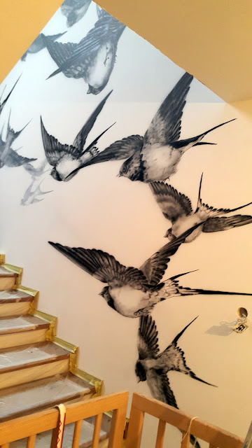 Malowanie jaskółek na ścianie, abstrakcyjny obraz do nowoczesnego wnętrza, mural 3D, jak pomalować klatkę schodową, ciekawe inspiracje