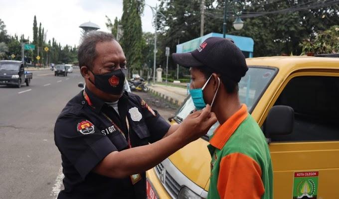 Cegah Covid-19, Humas Polres Cilegon Bagikan Masker kepada Masyarakat