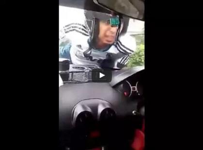 Lelaki Menangis Merayu Awek Depan Cermin Kereta
