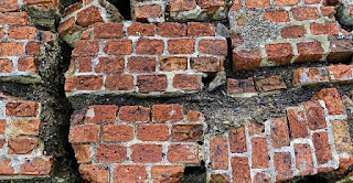 تفسير حلم سقوط جدار من البيت
