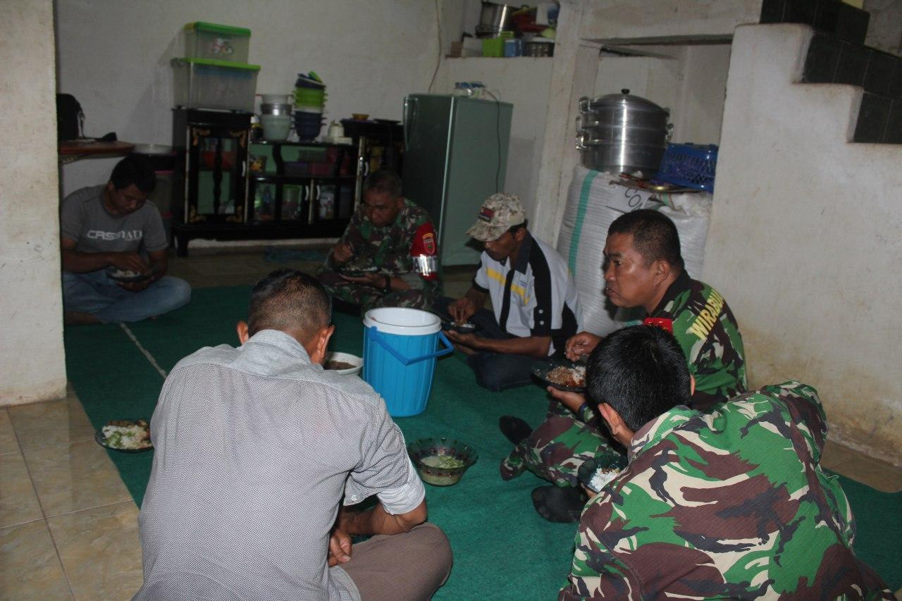 Kebersamaan Saat Makan di lokasi TMMD ke 105 Kodim 1424/Sinjai