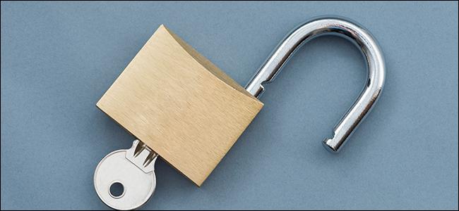 قفل مفتوح مع إدخال مفتاح.