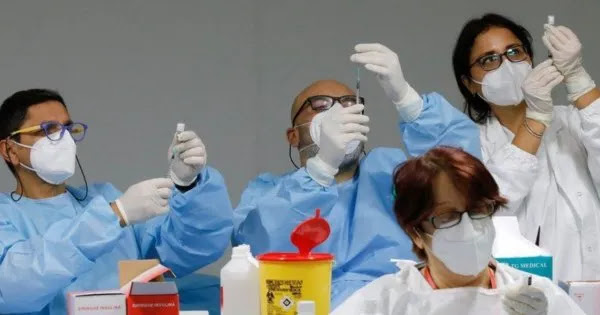 Ιταλία: Η κυβέρνηση απειλεί με απόλυση τους υγειονομικούς που αρνούνται να εμβολιαστούν