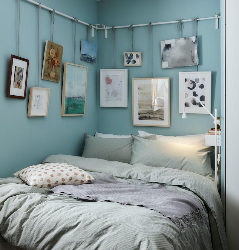 Dormitorio adolescente pintado de azul con cuadros colgados de IKEA.