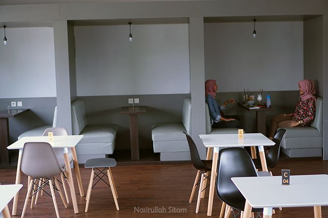 Tempat duduk sofa di Konkrite Coffee and Place