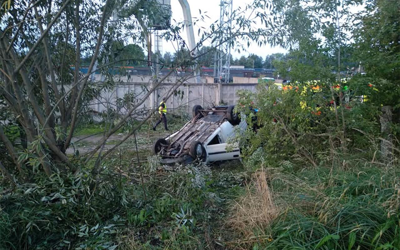 Rēzeknē auto apgāžas uz jumta