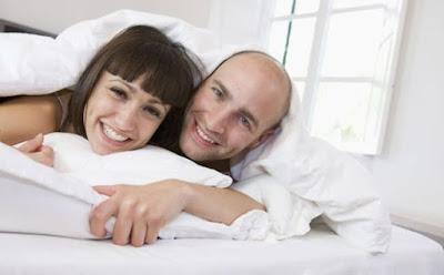 افضل وضعية للجماع بعد الولادة سرير رجل امرأة ينامان معا نائمان العلاقة الحميمة الجسدية الزوجية الحياة الجنس