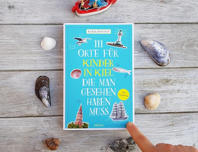 """""""111 Orte für Kinder in Kiel"""": Der Reiseführer für alle Küstenkinder und die, die es werden wollen. Mein Buch ist da! Ich stelle Euch das praktische Taschenbuch mit tollen Ausflugszielen und Tipps für Kinder, Eltern und Familien, für Einheimische und Touristen auf Küstenkidsunterwegs vor und gebe Euch erste Einblicke in den Inhalt."""