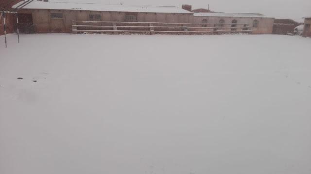 Bei uns in den Anden schneite es in der Nacht. Nächtliche Temperaturen um 10 Grad minus herum. Auf dem Bild unser Fussballplatz. Langlauf könnte man da machen