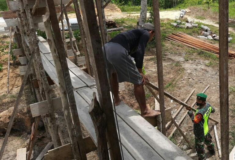 Babinsa Andi Hakim Lakukan Komsos Dengan Seorang Pekerja Bangunan