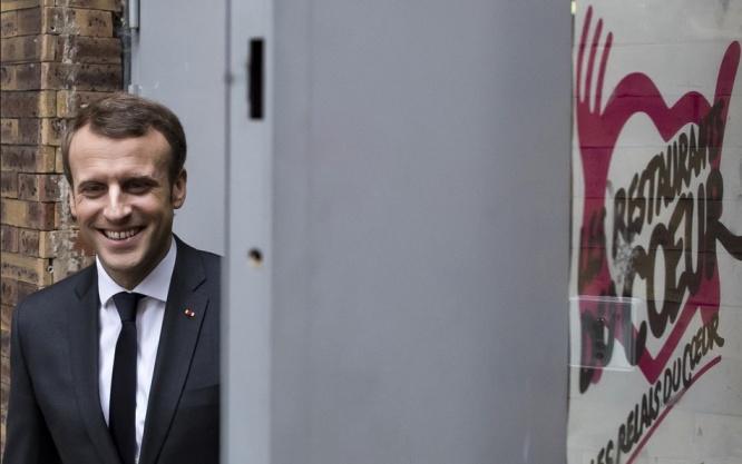Le président français Emmanuel Macron visite un centre des Restos du cœur du Xe arrondissement de Paris le 21 novembre 2017