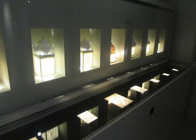 vitrines com peças expostas no Museu da Vista Alegre
