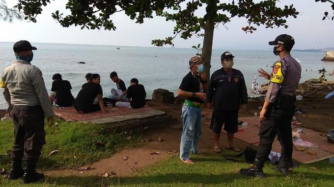 Hadapi New Normal, Kapolsek Anyer Berikan Edukasy Kepada Pengunjung Pantai