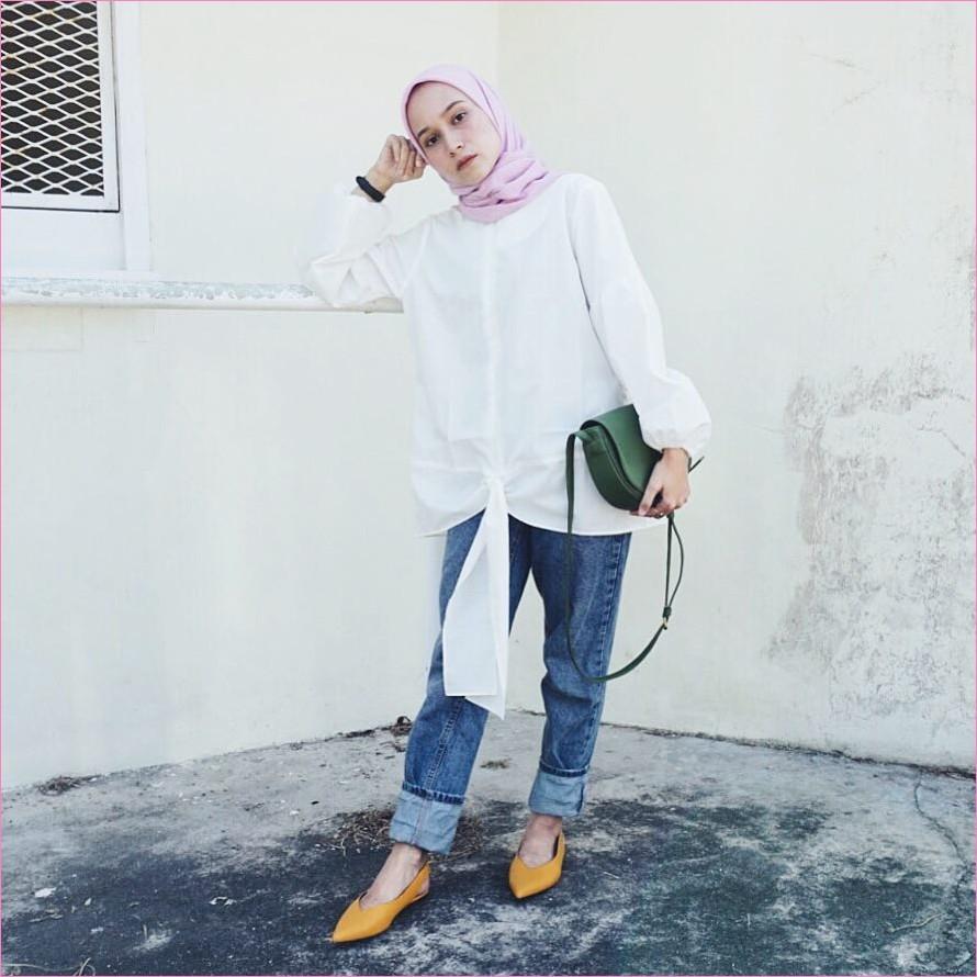 Outfit Celana Jeans Untuk Hijabers Ala Selebgram 2018 kemeja blouse putih slingbags hijau tua hijab square pashmina diamond ungu muda pants jeans denim lace ups loafers and slip ons oren kuning jam tangan hitam ootd trendy