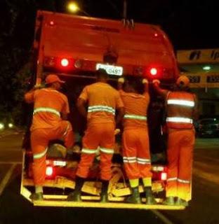 Os serviços de coleta de lixo estão paralisados na cidade.
