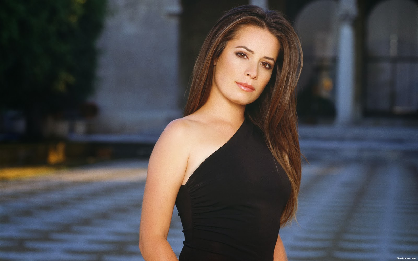 holly marie combs measurements