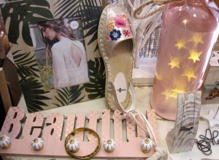 Perchero Beautiful rosa, botella luminosa, marco de fotos y zapatillas Surkana.
