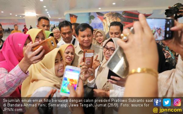 Prabowo Mendarat, Ibu Berkerudung Hijau pun Mendekat