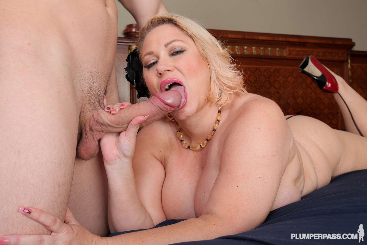 Samantha with big tits cant walk away from this horny guy 7