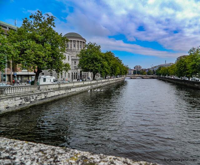 A paisagem do Rio Liffey, no Centro de Dublin