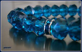 bransoletka na gumce, niebieska, fasetowane kryształki, perełki i zawieszka