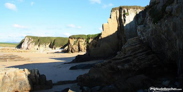Playa nudista El Sarello (Asturias, España)