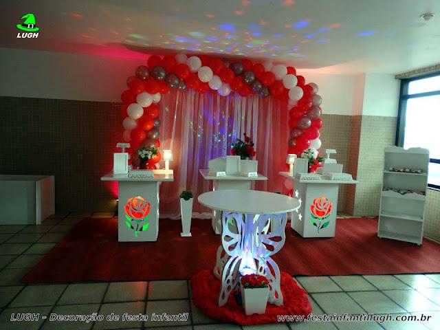 Decoração provençal simples com mesas de rosas e cortinado - Festa de adulto